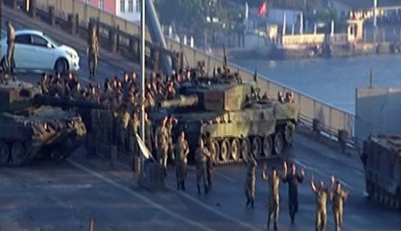 Boğaziçi Köprüsü'nü kapatan askerler polise teslim oldu.