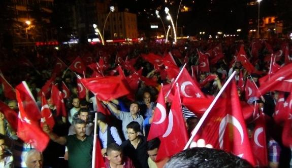 Tokat'ta vatandaşlar darbe girişimine karşı sokağa çıktı