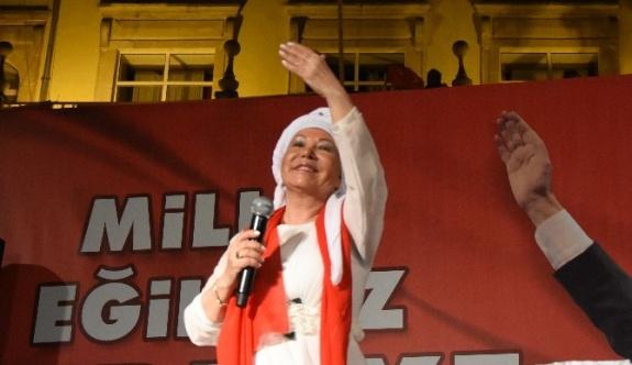 Bedia Akartürk'ten darbe girişimin olduğu gece evlerine çekilenlere demokrasi dersi