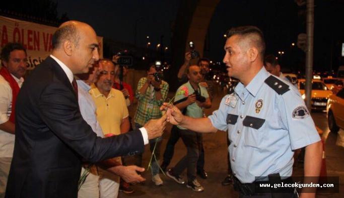 Başkan Dr.Bülent Kerimoğlu 249 şehit için 249 karanfil bıraktı