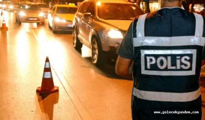 Reklamı Kapat Polis, Aracın İçinde İlişkiye Girerken Yakaladığı Kadına Tecavüz Etti