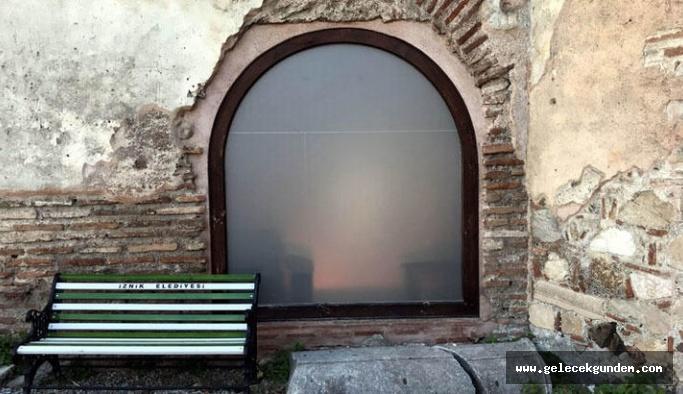Bursa'da 1700 yıllık camiye cam kapı taktılar!