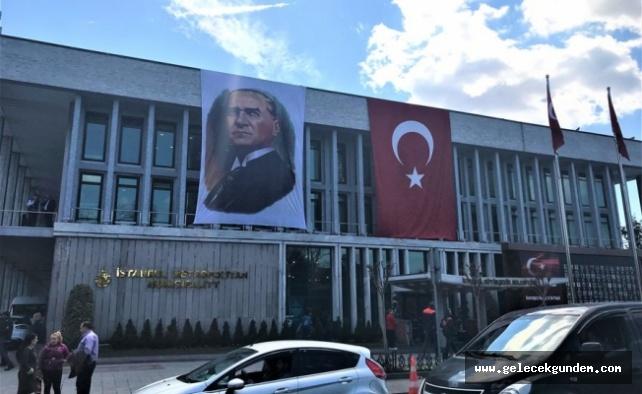 Kim bunlar: Türk bayrağı ve Atatürk posteri İBB binasından indirildi