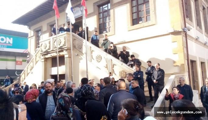 Halk AKP'li başkanın kapısına dayandı, istifasını istedi